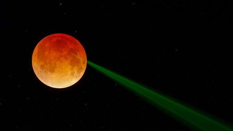Un rayo verde sale de la luna de sangre