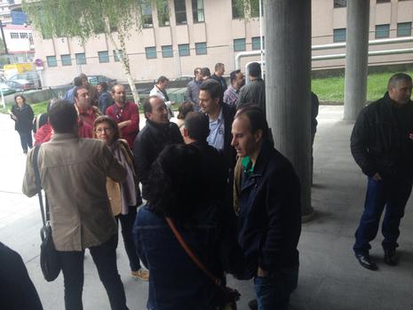Compañeros de los tres trabajadores acusados esperan en las puertas de los juzgados E.V.PITA