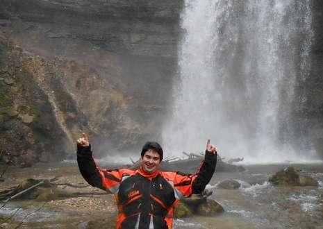 El ourensano Carlos Vázquez, ante la cascada de La Sarraz, en el cantón francés de Vaud.
