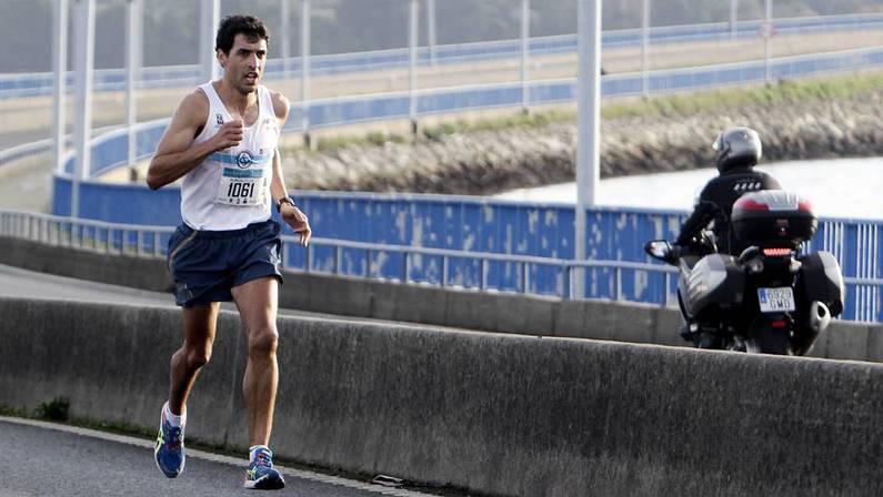 Iván Docampo, en el momento de cruzar en solitario el puente de As Pías JOSÉ PARDO